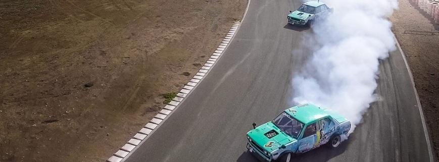 autos verdes derrapando